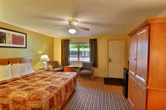 Econo Lodge Inn & Suites: Deluxe Room with King size Bed - Interior Corridor