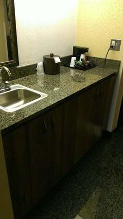 Drury Inn & Suites Frankenmuth: bar area w/coffee pot, micro & fridge below inside cupboard