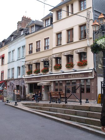 Hôtel Entre Terre Et Mer: Front of hotel