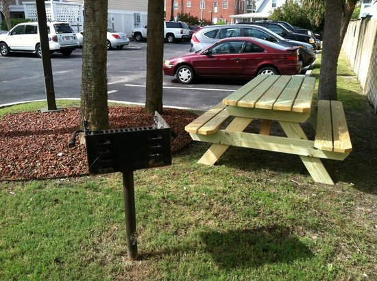 Sandpeddler Inn & Suites: Grill Picnic area