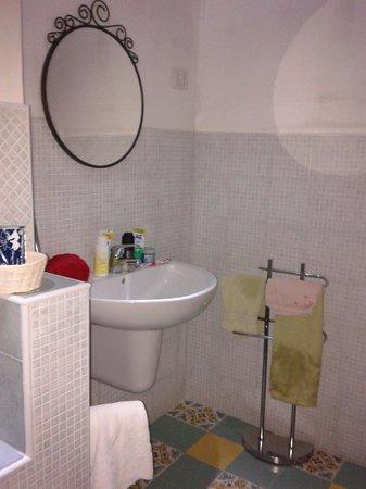 Affittacamere S. Domenico: Bagno: lavandino e specchio