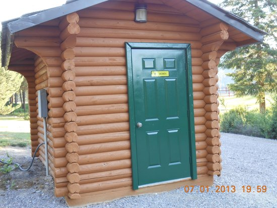 Nugget RV Park : Nice restroom with flush toilet