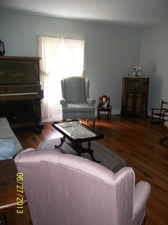 Schuyler, Wirginia: The ACTUAL Living Room in the real Walton House