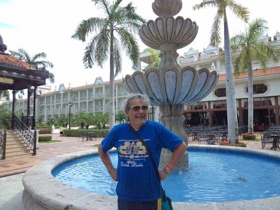 Hotel Riu Palace Riviera Maya: La plaza andaluza de dia