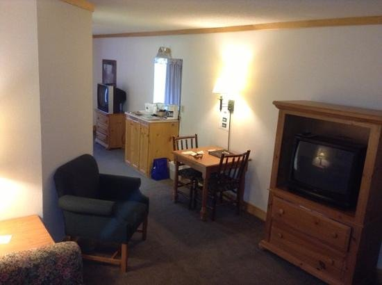 Flat Creek Inn & Suites: a suite with fridge n microwave