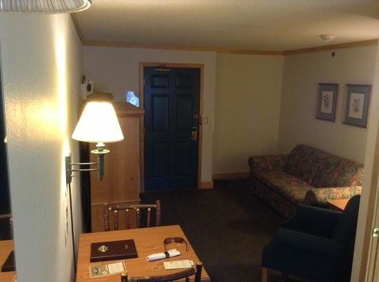 Flat Creek Inn & Suites: suite entry