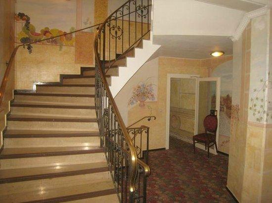 Hotel Condor: Stairway - wide and open