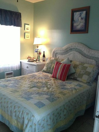 Blue Whale Inn: Our room - so cute!
