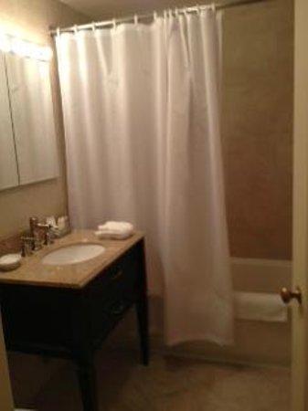 The Lombardy: Bathroom