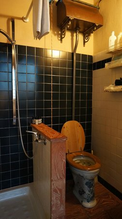 Le Tre Stanze: Mansarda: bathroom with antique toilet!