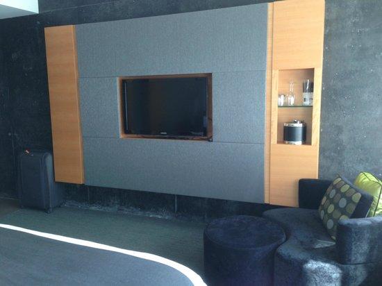 Hotel Le Germain Maple Leaf Square: flat screen tv