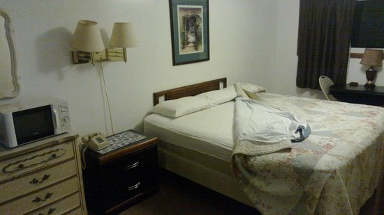 Caza Manor Motel: Room