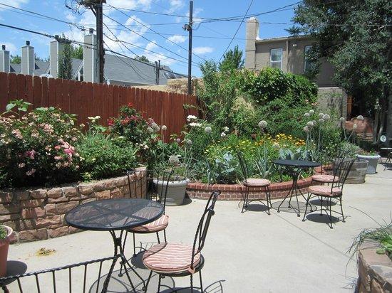 Queen Anne Bed & Breakfast: Beautiful Garden area