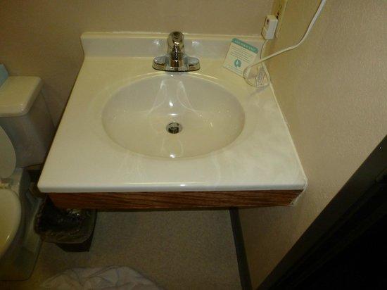 Super 8 Macon: Small Sink