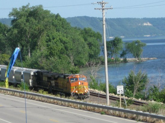 Grandview Motel : Passing trains along the Miss. River