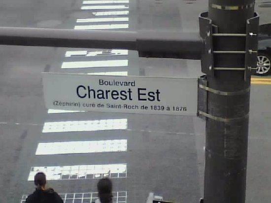 Hotel Manoir Charest : j'ai trouver drôle les anotations sur les affiches de rues :)