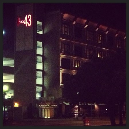 Hotel 43: Night view of hotel