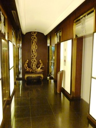Admiral Premier Bangkok by Compass Hospitality: Lift well corridor