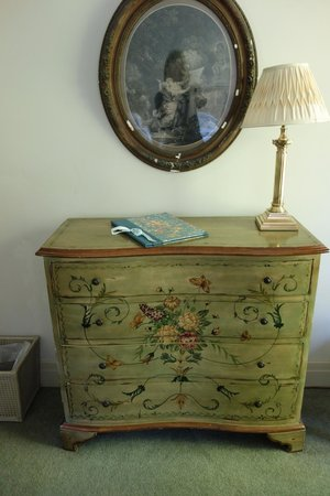 Bantry House B&B: Room 21 chest of drawers