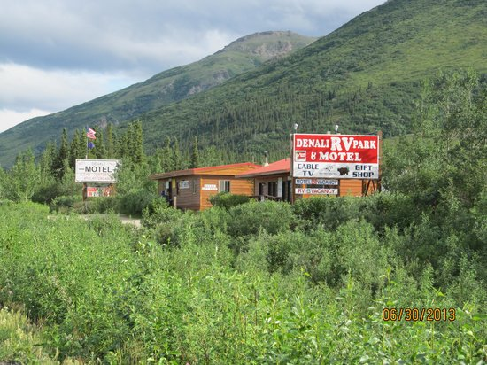 Denali RV Park & Motel: The place is easily seen from the highway.