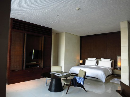 Alila Villas Uluwatu: The villa's comfy big bed...
