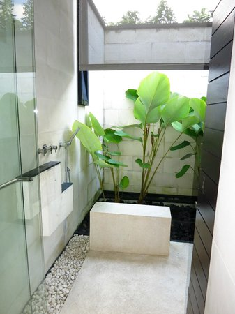 Alila Villas Uluwatu: Outdoor shower area (there was an indoor shower as well, but that's normal!)