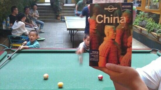 Kunming Cloudland Youth Hostel : Cute 6 year olds who live on the same street coming to play pool with us! :) 小朋友!lively, relaxed