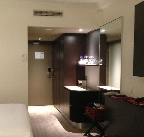 Pullman Melbourne Albert Park: Bathroom on left.