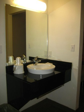 Motel 6 Ellensburg: Sink seperate from bathroom, raised wash basin.