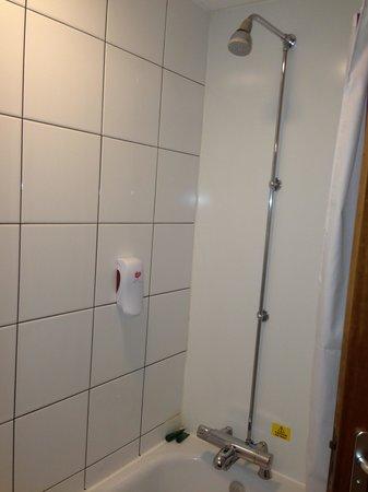 Premier Inn London Edgware Hotel: shower