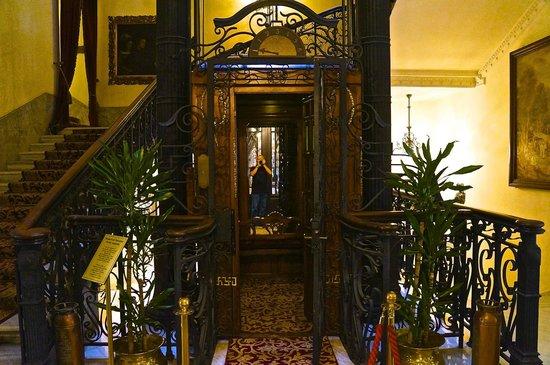 Pera Palace Hotel, Jumeirah: Этот лифт помнит Хемингуэя.