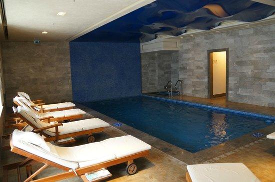 Pera Palace Hotel: Бассейн не велик, но взбодриться можно.