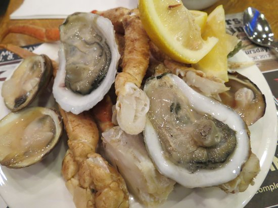 Ports O' Call Buffet: crab legs, oysters, and clams