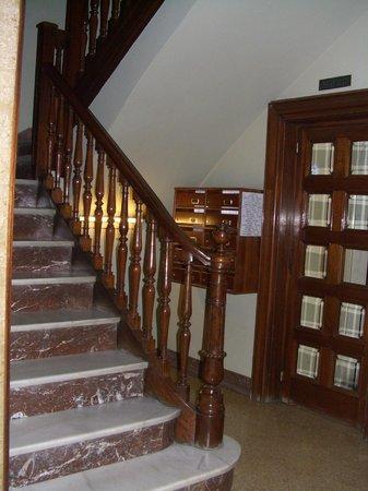 Somnio Barcelona: лестница ведущая в хостел