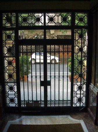 Somnio Barcelona: Вход в хостел с внутренней стороны