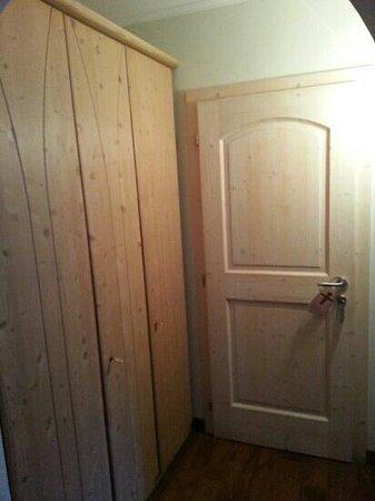 Der Eggentaler: porta di ingresso con armadio