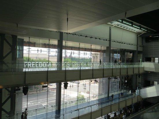 Музей журналистики и новостей: Newseum Lobby