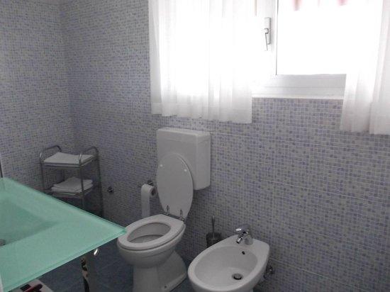 B & B Minotti : bagno camera blu con finestrone panoramico