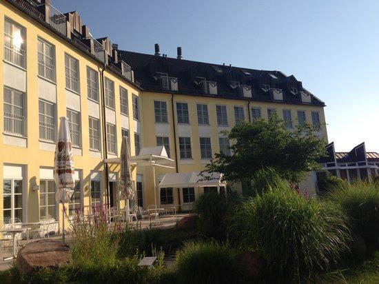 Seehotel Zeuthen: Вид отеля со стороны озера