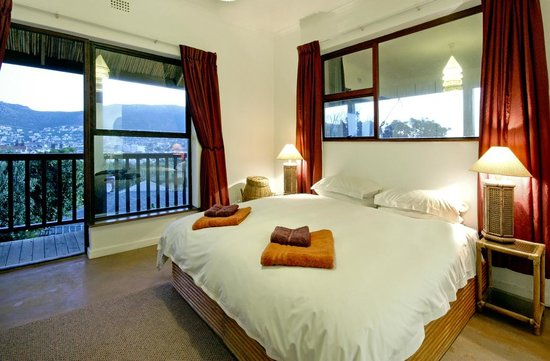 Clovelly Lodge Guest Apartments: King bedroom