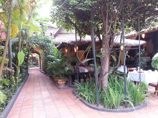 Bopha Siem Reap Boutique Hotel: walkway to the pool area