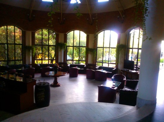 Park Village Hotel & Resort: lobby and bar