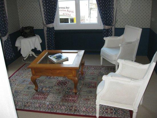 Hotel de Provence: sunny sitting room