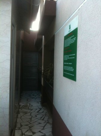 Holiday Inn Dar Es Salaam City Centre: access to toilet for user of swiming pool, room windows in front of toilet !!!