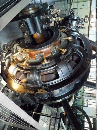 Museu Agbar de les Aigues: Una de las viejas dinamos movida por vapor.