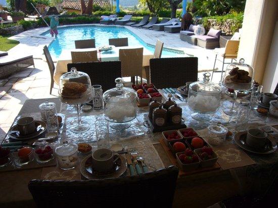 Parfum de Roses : Petit déjeuner au bord de la piscine