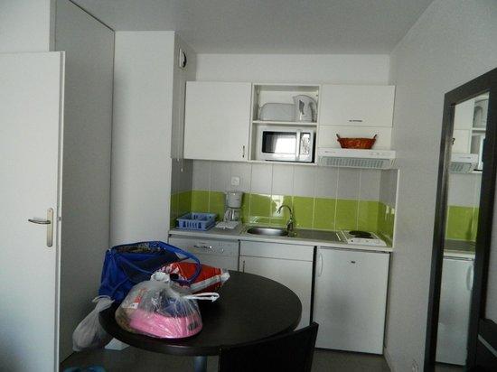 Nemea Nancy Appart'Hotel : the kitchen