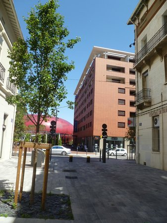 Novotel Suites Perpignan Mediterranée: View from the street back towards the hotel. Parked near here.