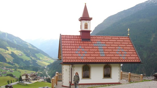 Hotel Alpenhof Hintertux: A charming little chapel in the hills