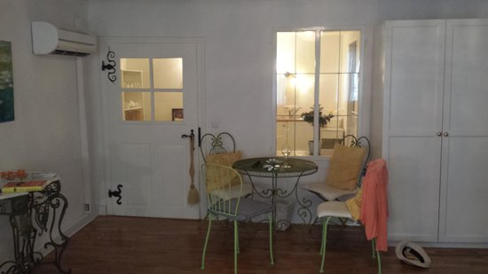 ABC Altstadt-Appartements: Dining table with kitchen behind